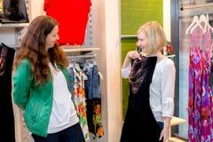 Femme deux dans la boutique de vêtements Photographie stock libre de droits