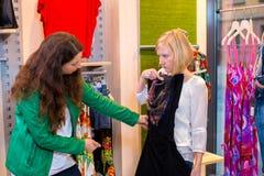 Femme deux dans la boutique de vêtements Photographie stock