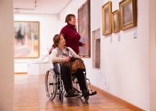 Femme deux dans la galerie d'art Images libres de droits