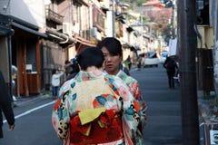 Femme deux dans la robe de kimono sur le chemin au tombeau de Fushimi Inari photos stock