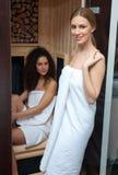 Femme deux dans le sauna compact Images libres de droits