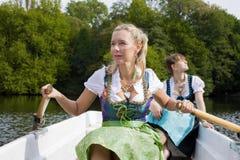 Femme deux dans un bateau à rames Photographie stock