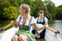Femme deux dans un bateau à rames Photo libre de droits