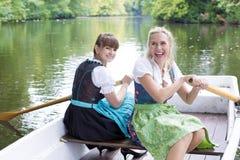 Femme deux dans un bateau à rames image stock
