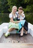Femme deux dans un bateau à rames Photos stock