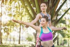 Femme deux faire le yoga avec l'ami photo stock