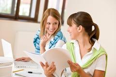 Femme deux heureux d'étudiant à la maison - avec l'ordinateur portatif Image stock