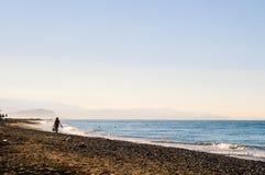 Femme deux non identifiée marchant le long de la plage Image libre de droits