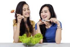 Femme deux prenant le déjeuner ensemble Photos stock