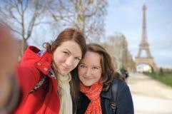 Femme deux prenant le selfie près de Tour Eiffel Image libre de droits