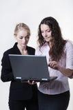 Femme deux regardant l'écran d'ordinateur Photographie stock libre de droits