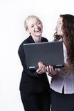 Femme deux regardant l'écran d'ordinateur Images stock