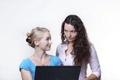 Femme deux regardant l'écran d'ordinateur Image stock