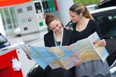 Femme deux regardant la carte Image libre de droits