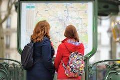 Femme deux regardant la carte de la métro Images libres de droits