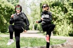 Femme deux s'exerçant en parc Photo libre de droits