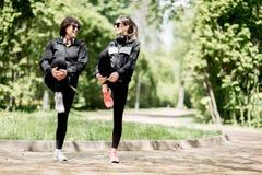 Femme deux s'exerçant en parc Images libres de droits