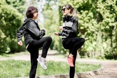 Femme deux s'exerçant en parc Photo stock