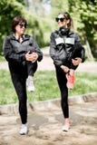 Femme deux s'exerçant en parc Photographie stock libre de droits