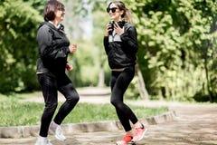 Femme deux s'exerçant en parc Images stock