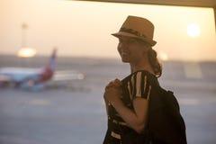 Femme devant l'au sol de décollage Images stock