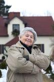 Femme devant la maison Photos libres de droits