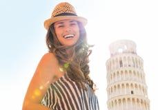 Femme devant la tour penchée de Pise, Toscane Images libres de droits
