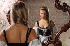 Femme devant le miroir Photo stock