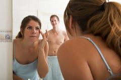 Femme devant le miroir Photographie stock