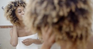 Femme devant le miroir banque de vidéos