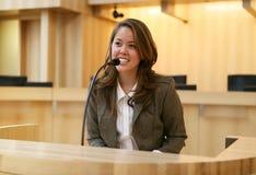 Femme devant le tribunal Photo libre de droits