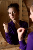 Femme devant un miroir. Image stock
