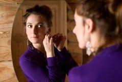 Femme devant un miroir. Photographie stock