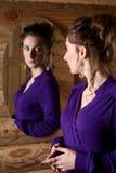 Femme devant un miroir. Photographie stock libre de droits