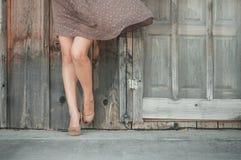 Femme devant un mur en bois Photographie stock
