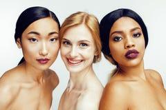 Femme différente de la nation trois : Asiatique, afro-américain, Caucasien ensemble d'isolement sur le sourire heureux de fond bl Photographie stock