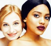 Femme différente de nation : afro-américain, Caucasien ensemble d'isolement sur le sourire heureux de fond blanc, type divers des Photographie stock libre de droits