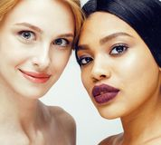 Femme différente de nation : afro-américain, de Caucasien OIN ensemble Photographie stock