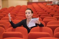Femme dirigeant dans le théâtre image stock