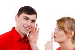 Femme disant à homme quelques secrets, parler de couples Photo stock