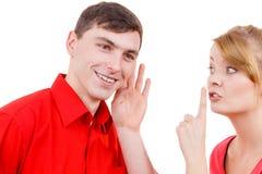 Femme disant à homme quelques secrets, parler de couples Images libres de droits