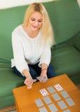 Femme disant des fortunes par des cartes Image stock