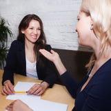Femme discutant avec l'agent Image stock