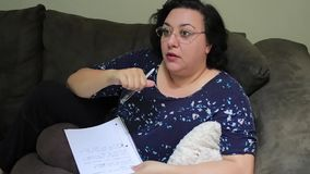 Femme discutant des notes à la maison clips vidéos