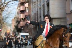 Femme distribuant des caramels de cheval Photographie stock libre de droits
