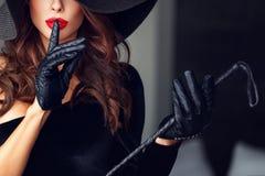 Femme dominante sexy ne montrant aucun entretien Photographie stock libre de droits