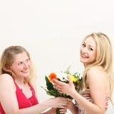 Femme donnant à son ami un bouquet Photographie stock
