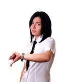 Femme donnant des pouces vers le bas photographie stock libre de droits