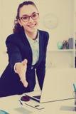 Femme donnant la main pour la poignée de main Photo libre de droits