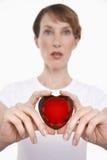 Femme donnant le coeur en verre rouge Image libre de droits